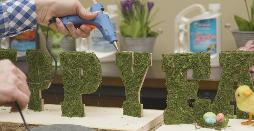 Glue additional moss to the outside of the letters