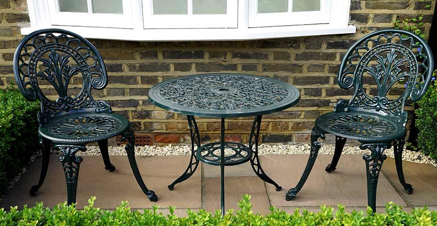 Remove moss and algae from your patio furniture easily!